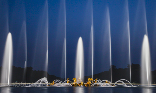 Long exposure of the fountains.